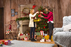 Frauen, die Weihnachtsbaum verzieren stockfotos
