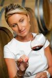 Frauen, die Wein in einem Kellerwinemaker schmecken Stockbilder