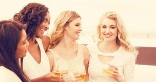 Frauen, die Wein nahe bei Limousine trinken Lizenzfreie Stockfotografie