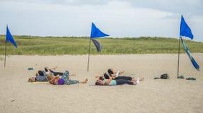 Frauen, die Yoga auf einem Strand auf nantucket üben stockfotografie
