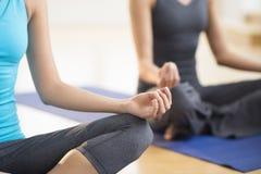 Frauen, die Yoga an der Turnhalle üben Stockfotografie