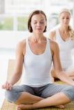 Frauen, die Yoga durchführen stockfotos