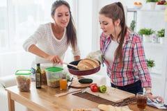 Frauen, die zu Hause frisches Brot beim Küchenkonzeptkochen, kulinarisch backen Stockbilder