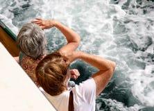 Frauen, die zum Meer schauen Lizenzfreie Stockfotos