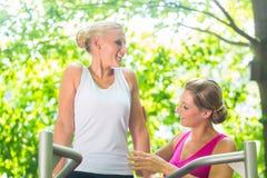 Frauen, die zusammen Gymnastik im Sommer im Freien tun Lizenzfreie Stockfotos