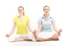 Frauen, die zusammen meditieren Lizenzfreie Stockfotos