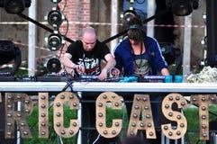 Frauen-DJ-Mischen Live lizenzfreie stockfotografie