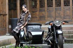 Frauen durch Motorrad Lizenzfreie Stockfotografie