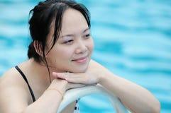 Frauen durch Wasser Stockfoto