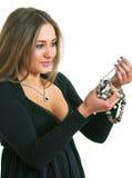 Frauen in einem schwarzen Kleid hält in den Händen ein Korn an Stockfotografie