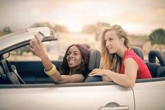 Frauen in einem silbernen cabrio stockbild