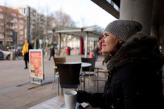 Frauen in einem Straße kafee im winther Lizenzfreie Stockbilder