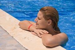 Frauen an einem Swimmingpool Lizenzfreies Stockbild
