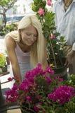 Frauen-Einkaufen für Blumen an der Betriebskindertagesstätte Stockbild