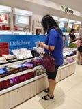 Frauen-Einkaufen für kosmetische Produkte Lizenzfreies Stockfoto