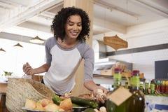 Frauen-Einkaufen für organisches Erzeugnis in den Delikatessen lizenzfreie stockfotografie