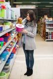 Frauen-Einkaufen für Schüssel in der Erzeugnis-Abteilung Stockfotografie