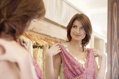 Frauen-Einkaufen-Kleidung Lizenzfreies Stockfoto