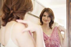 Frauen-Einkaufen-Kleidung Stockbild