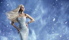 Frauen-elegantes Mode-Kleid, langes Haar-wellenartig bewegender Wind, Winter-Schönheit stockfotos