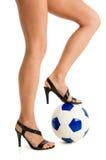 Frauen entblössen Fahrwerkbeine mit Fußballkugel stockfotos
