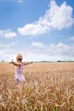 Frauen enthalten zwischen seinen Armen mit reifer Weizenkette der Freude stockfotos