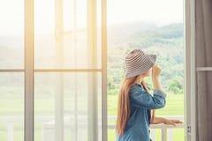 Frauen entspannen sich am Feiertagswochenende Lizenzfreies Stockbild