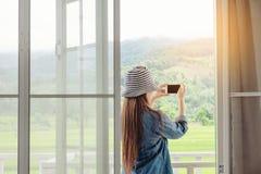 Frauen entspannen sich am Feiertagswochenende Lizenzfreie Stockfotos