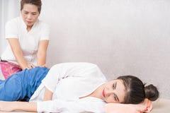 Frauen erhält das thailändische Massieren auf Bett Stockfoto