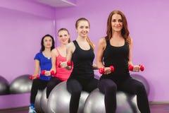Frauen führen Übungen mit einem großen Ball für Eignung durch Lizenzfreie Stockbilder