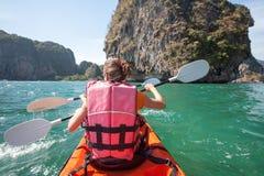 Frauen fahren in der hohen See am Krabi-Ufer, Thailand Kayak Lizenzfreie Stockfotografie