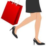 Frauen-Fahrwerkbeine mit Einkaufstasche Lizenzfreie Stockbilder