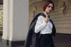 Frauen-Fall-Mode Schönes vorbildliches In Fashion Clothes in der Straße lizenzfreies stockfoto