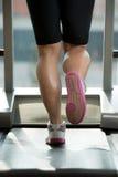 Frauen-Füße auf Tretmühle Lizenzfreie Stockfotografie