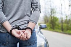 Frauen fesselten Kriminalpolizei mit Handschellen Lizenzfreie Stockfotografie