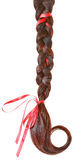 Frauen flechten verziert mit einem roten Bogen, der auf Weiß lokalisiert wird. Stockfotografie