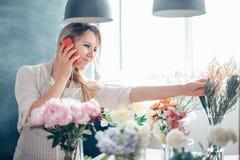 Frauen-Floristen-Small Business Flower-Ladenbesitzer Stockfotos
