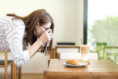 Frauen-Fotograf-Food Croissant Photography-Konzept lizenzfreies stockfoto