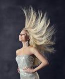 Frauen-Frisur-Porträt, fliegendes langes gerades Haar Lizenzfreies Stockfoto
