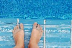 Frauen-Fuß am Rand des Pools Reisenkoffer mit Meerblick nach innen Seite, die Türkei stockbild