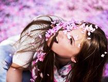 Frauen geduscht mit den rosa Blumenblättern Lizenzfreies Stockfoto