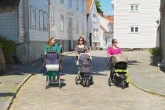 Frauen gehen durch die Straße in Stavanger, Norwegen Stockbild