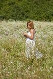 Frauen-gehender querer wilder Garten Stockfoto