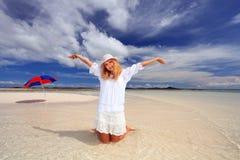 Frauen genießen die Sonne. Lizenzfreie Stockfotos