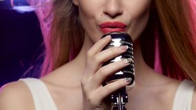 Frauen-Gesangnahaufnahme: Mund und Hände berühren das Weinlesemikrofon stock video footage