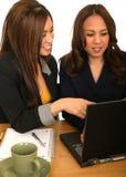 Frauen-Geschäfts-Team, das mit Laptop behandelt Stockfotografie