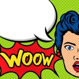Frauen-Gesicht mit wow Ausdruck im Pop-Arten-Schablonenhintergrund Stockbild