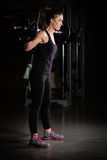 Frauen-Gewicht-Training an der Gymnastik Anhebende Gewichte des gewidmeten Bodybuildermädchens in der Turnhalle und im Handeln de Lizenzfreie Stockfotos