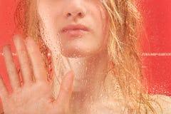 Frauen-, Glas- und Wassertropfen Stockbild