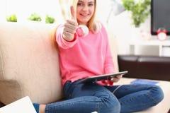 Frauen-Grifftablette der Junge zeigen recht blonde in den Armen den großen Super Finger Lizenzfreie Stockfotografie
